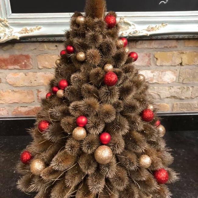 Handgemaakte kerstboom met gedroogde distels